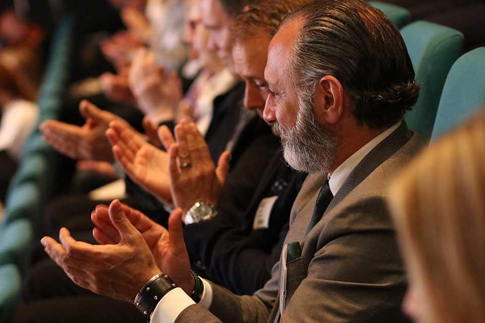 Foto på klappande eventdeltagare